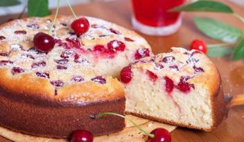 Простой и очень вкусный пирог Шарлотка с вишней на кефире