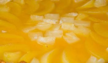 Простой и вкусный пирог с консервированными ананасами и персиками