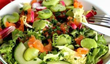 Простой салат со свежими овощами и форелью