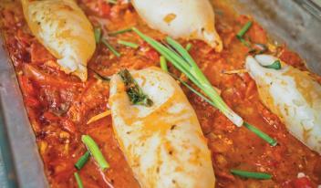 Рецепт фаршированных кальмаров, запеченных в домашнем томатном соусе