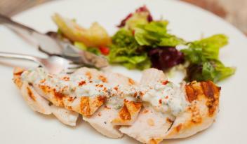 Рецепт нежного цыпленка с соусом цацики (дзадзики) и овощами-гриль