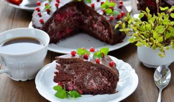 Рецепт постного шоколадного пирога с муссом из вишни