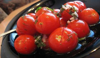 Рецепт приготовления малосольных помидоров с чесноком