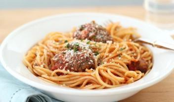 Рецепт приготовления шариков из мяса с гарниром из макарон в сливках