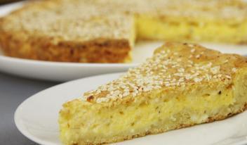 Рецепт приготовления творожного пирога с нежной сырной начинкой