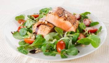 Рецепт салата с овощами и лососем
