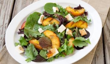 Рецепт салата с жареными персиками и сыром моцарелла