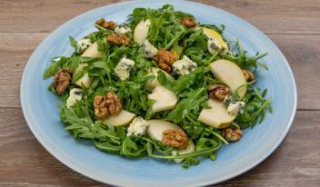 Салат на скорую руку с сыром рокфор и грушами