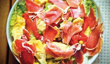 Салат с хамоном, зеленым горошком и артишоками