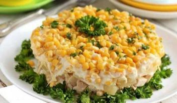 Салат с курицей, ананасами и кукурузой