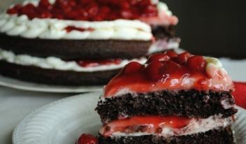 Шоколадный торт с вишнево-сливочной прослойкой