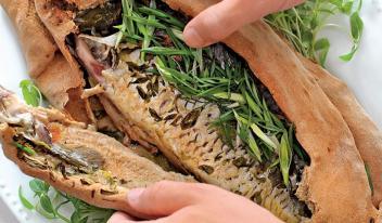 Сочный рыбный пирог из дрожжевого постного теста