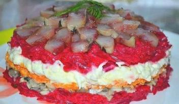 Сытный и праздничный рецепт: очень вкусный салат с сельдью!
