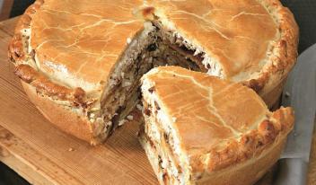 Сытный картофельный пирог с курицей и луком