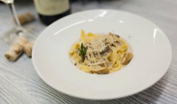 Тальятелле с белыми грибами и шампиньонами в сливочном соусе