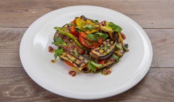 Теплый салат из овощей на гриле с пряностями
