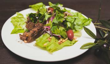 Теплый салат с куриной печенью и листьями романо