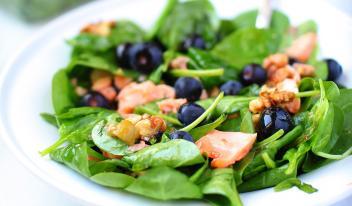 Теплый салат с семгой, голубикой и шпинатом