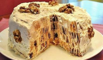 Торт «Трухлявый пень» с кремом, орехами и сухофруктами