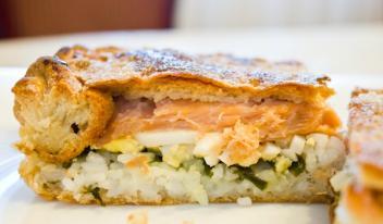 Умопомрачительно вкусный рыбный пирог с яйцом и рисом из слоеного теста