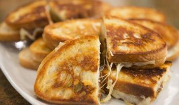 Вкуснейшая закуска: горячие тосты с сыром грюйер и карамелированным луком