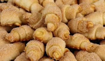 Вкусные сахарные рогалики из дрожжевого теста