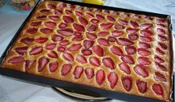 Вкусный и простой пирог с клубникой на скорую руку