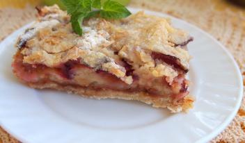 Вкусный сливово-яблочный насыпной пирог