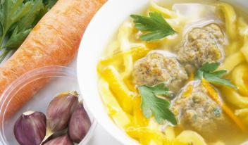 Вкусный суп из куриной печени с тефтелями и домашней лапшой