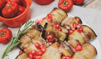 Жареные баклажаны по-грузински в соусе из грецких орехов с чесноком