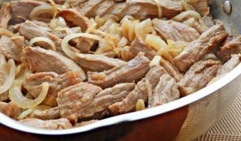 Сочное мясо тушеное со сметаной
