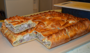 Пирог «Кубете» из слоеного теста с курицей и картошкой
