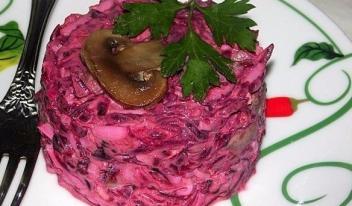 Яркий свекольный салат с сыром и грибами