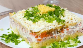 Как приготовить вкусный слоеный салат с тунцом