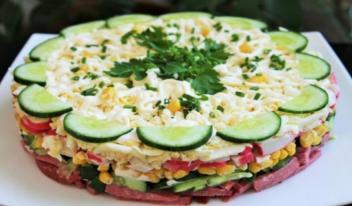 Красивый слоеный салат «Новинка» с кукурузой и крабовыми палочками