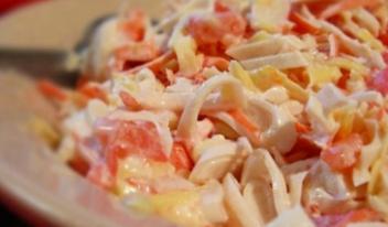 Легкий салат с кальмарами и сыром. Рецепт проще простого!