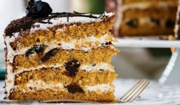 Медовый торт со сметаной и черносливом: пошаговый рецепт