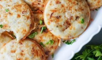 Необычные сырные лепешки с зеленью: простой рецепт