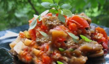 Необычный салат из запеченных баклажанов, помидоров и перца