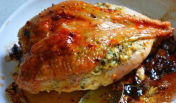 Невероятно ароматная и сочная фаршированная курица в духовке