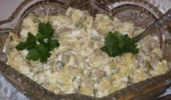 Оригинальный салат «Гостиный двор» с грибами и маринованными огурчиками
