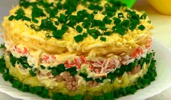 Праздничный салат «Аристократ» с тунцом и крабовыми палочками