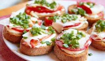ТОП-7 идей: праздничные бутерброды для Новогоднего стола 2019