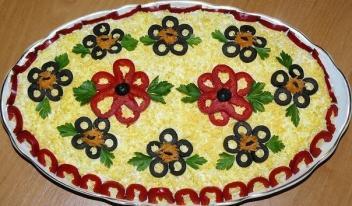 Праздничный рецепт вкусного салата с курицей и грибами