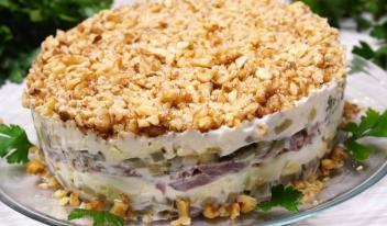 Праздничный слоеный салат «Принц» из говядины, яиц и маринованных огурцов