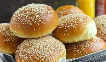 Простой рецепт вкусных домашних булочек с кунжутом