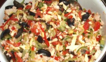 Рецепт салата с копченой куриной грудкой, помидорами и маслинами