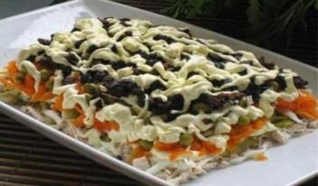 Салат «Царский» с курицей, сыром и черносливом
