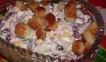 Самый вкусный салат «Чудная долина» с ветчиной, кукурузой и сухариками