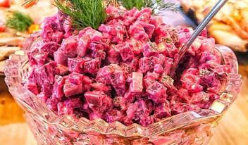 Салат с запеченной свеклой, селёдкой и брынзой